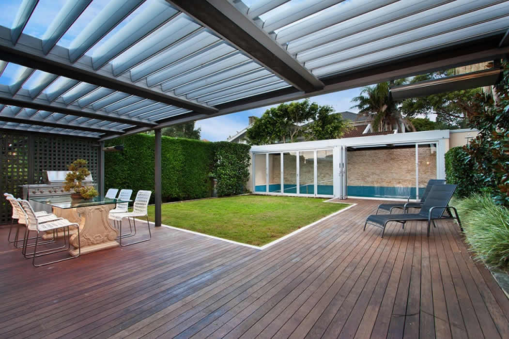 One of the advantages of retractable roofs is that can be combined with outdoor blinds