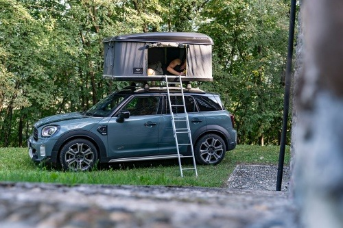 Top location with lake view: explore Northern Italy in the MINI Cooper S Countryman ALL4 with roof tent.